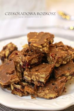 Czekoladowa rozkosz – pyszny deser bez pieczenia z orzeszkami, żurawiną i ciasteczkami owsianymi | Moja Delicja