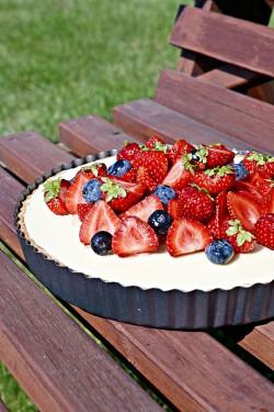 Tarta z białą czekoladą i owocami i kilka migawek z grillowania