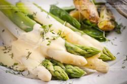 Białe i zielone szparagi Joli