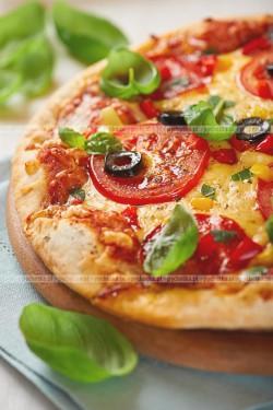 Pizza z pomidorami, oliwkami i parmezanem