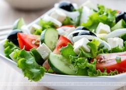 Sałatka z ogórka, pomidorów i czarnych oliwek