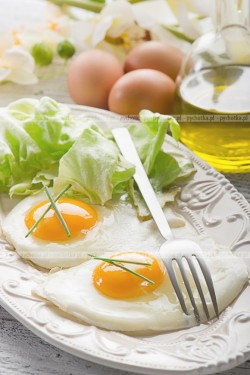 Jajka sadzone na słoninie i cebulce