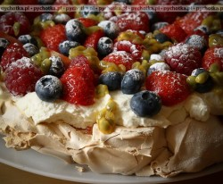 Tort bezowy z kremem jogurtowym