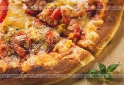 Pizza z kiełbasą i cebulą 2