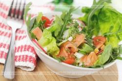 Rukola z migdałami i pomidorami