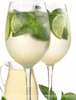 Drink z rumu, cukru trzcinowego, limonki i mięty