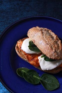 Domowy burger z kurczakiem i mozzarelląMoja Delicja – Przepisy kulinarne