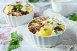Jajka zapiekane w żaroodpornych miseczkach