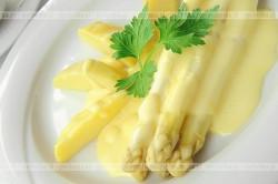 Szparagi w sosie mimoza