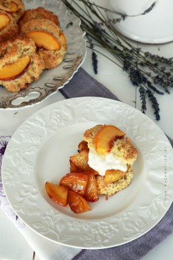 Lawendowe Sconsy z brzoskwinią i karmelizowanymi jabłkami | Moja Delicja – Przepisy kulinarne