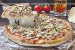 Pizza z wędzoną makrelą, pomidorami i cebulą