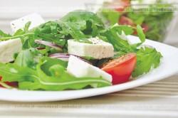 Sałatka z roszponki, pomidorem i mozzarellą