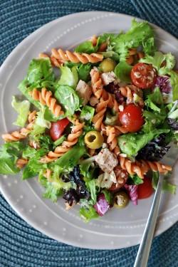 Sałatka z tuńczykiem, pomidorkami, makaronem pomidorowym, oliwkami – Moja Delicja – Przepisy kulinarne | Moja Delicja – Przepisy kulinarne