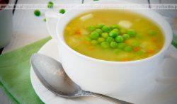 Letnia zupa, z groszkiem zielonym, ogórkiem i jajkiem